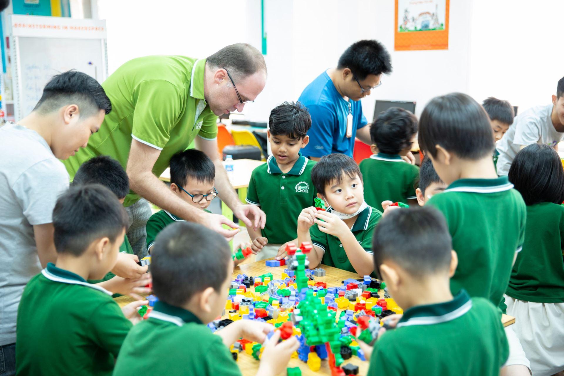 Các bé làm việc nhóm để hoàn thành mô hình chú khủng long