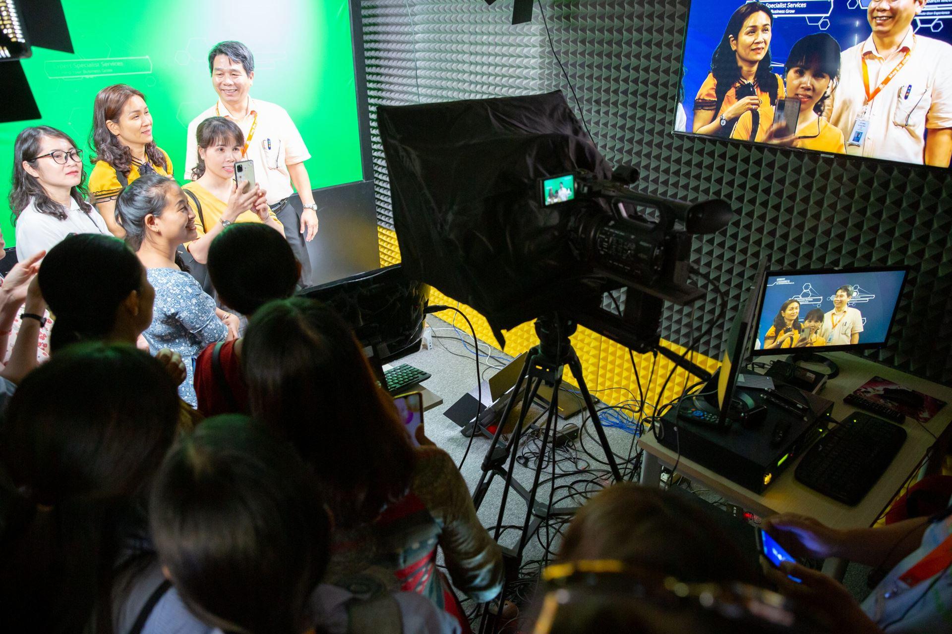 Đoàn tham quan Phòng Studio